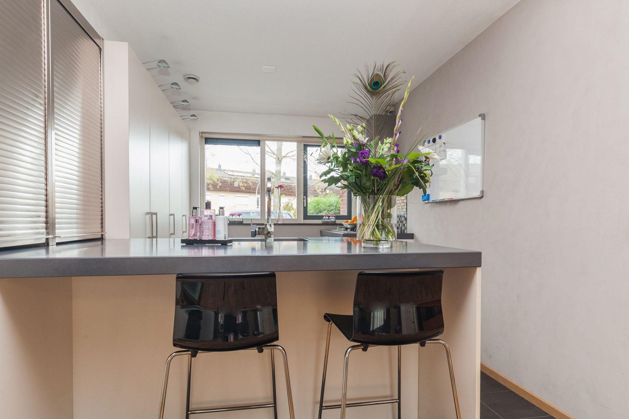 Moderne Witte Strakke Keuken Kookeiland Spoeleiland Graniet
