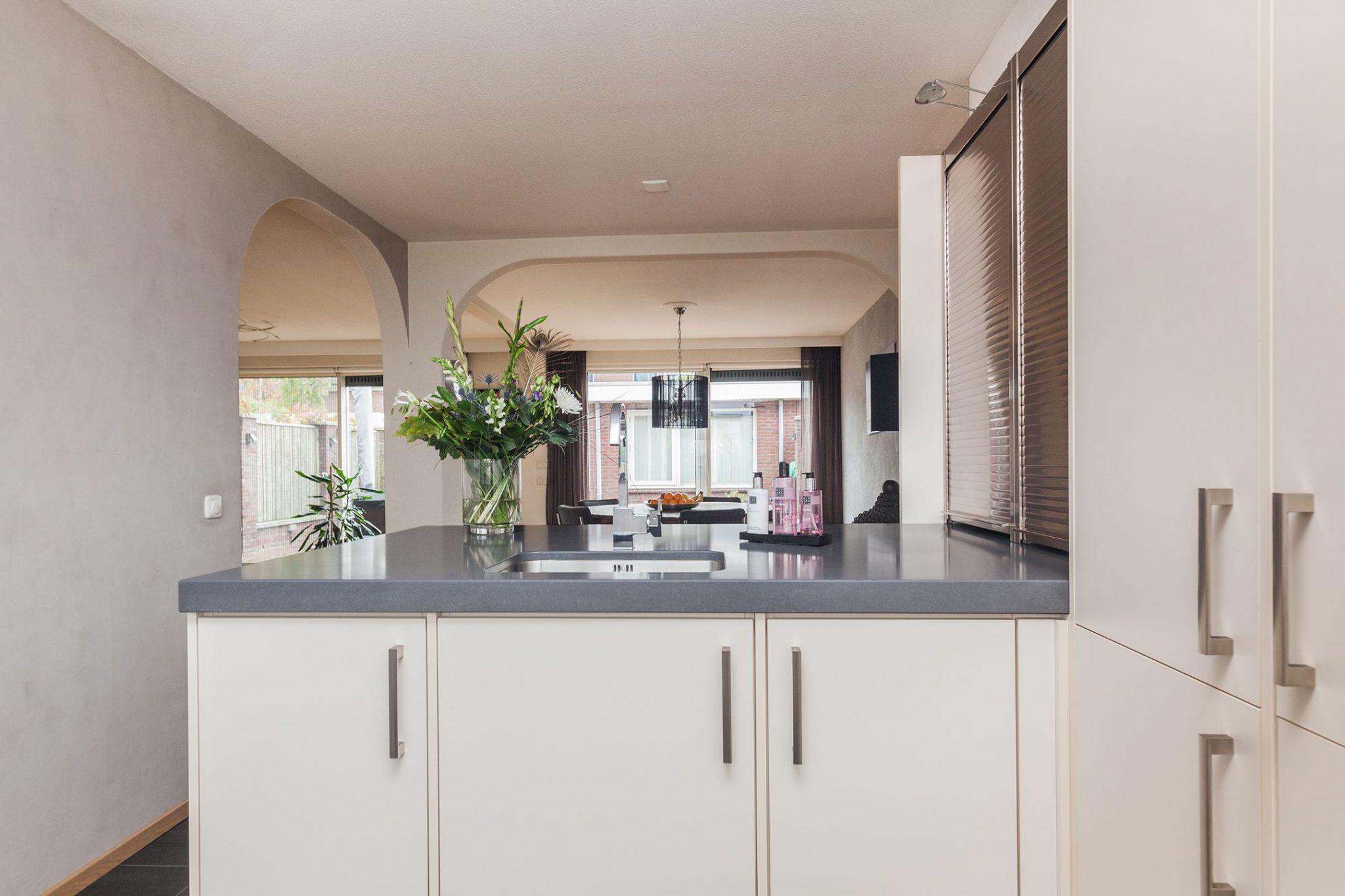 brocante keuken met eiland : Moderne Witte Strakke Keuken Kookeiland Spoeleiland Graniet