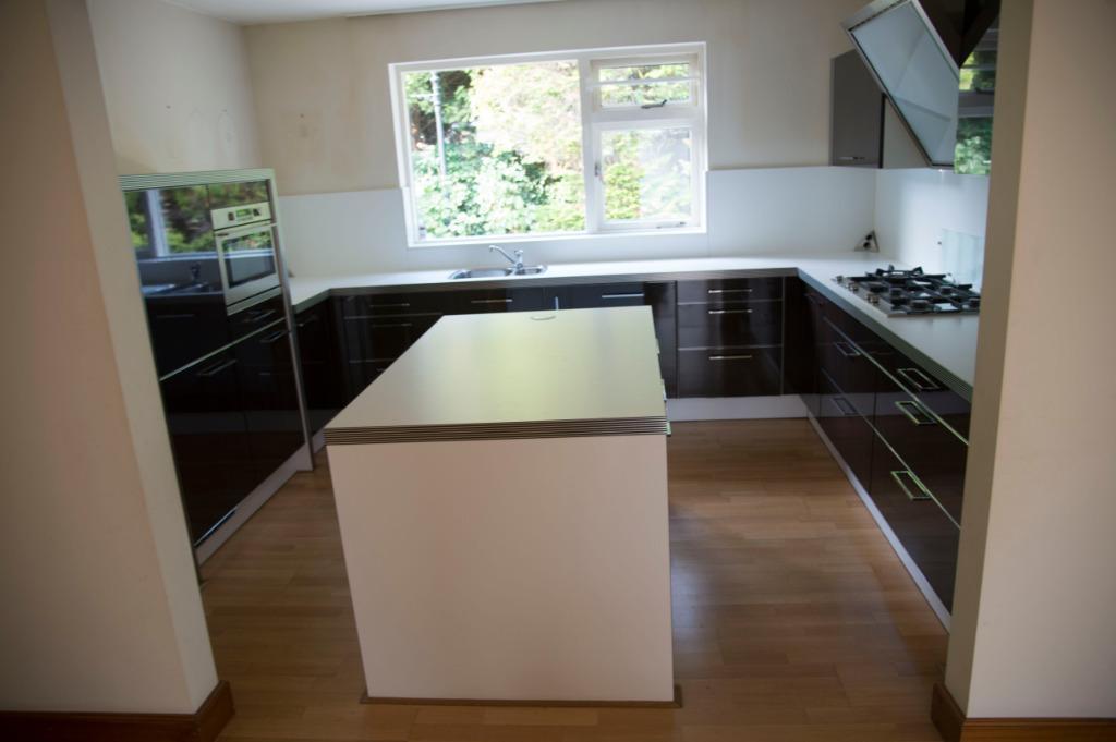 Moderne Hoogglans Keuken : Moderne strakke duitse alno bruine hoogglans keuken eiland