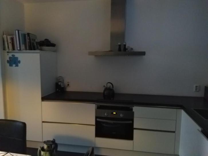 Moderne L Keuken : Moderne strakke mat witte greeploze l keuken apparatuur