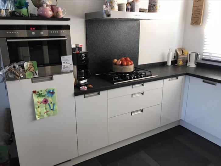 Moderne Hoogglans Keuken : Moderne strakke witte hoogglans l keuken siemens apparatuur