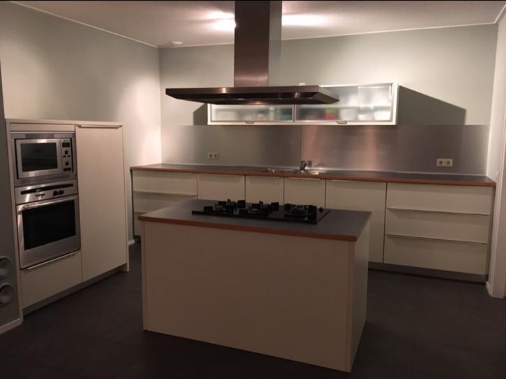 Moderne Witte Keukens : Moderne witte rechte keuken kookeiland wand apparatuur