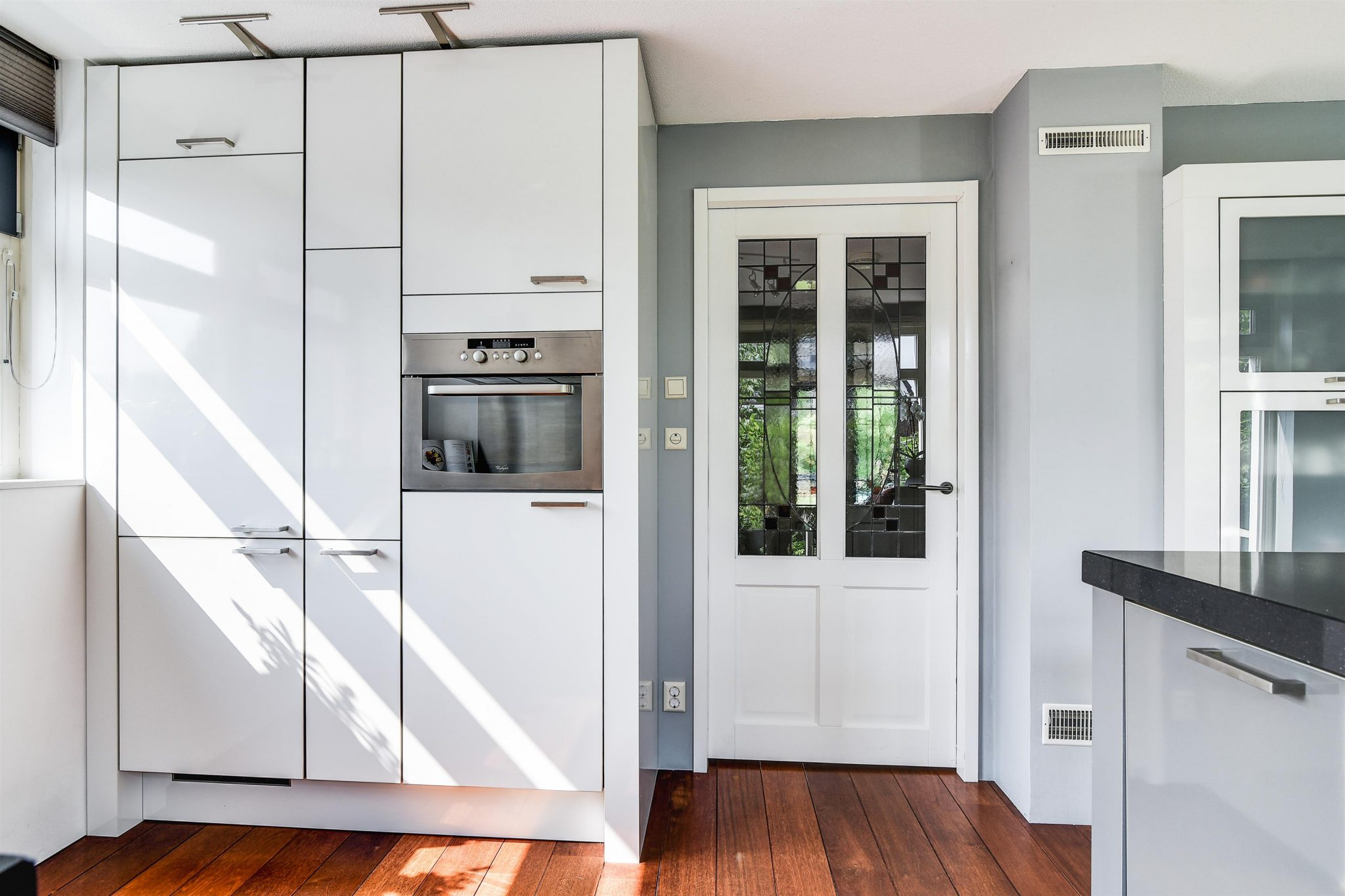 Grijze Moderne Keuken : Moderne wit grijze keuken eiland vitrinekast graniet
