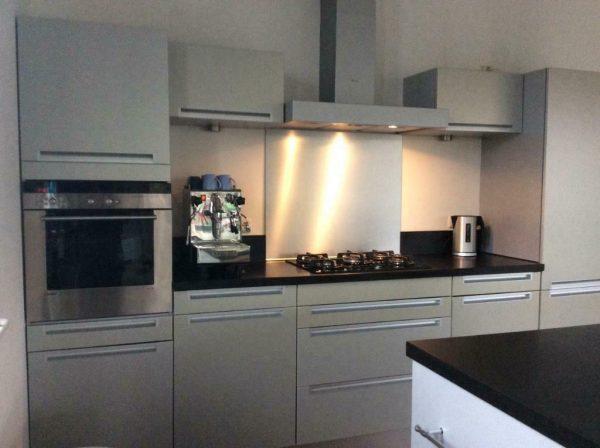 Grijze Moderne Keuken : Moderne grijze rechte keuken eiland graniet apparatuur