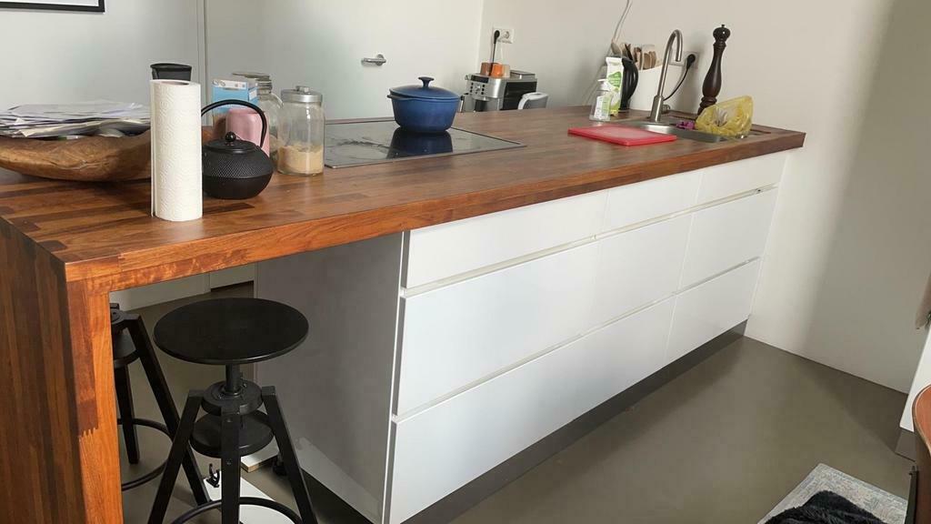 Moderne Chique Kvik Mano Hoogglans Witte Greeploze Eiland Keuken Houten Werkblad Bar Barstoelen Bosch Siemens Apparatuur Tweedehands Keuken Kwaliteit